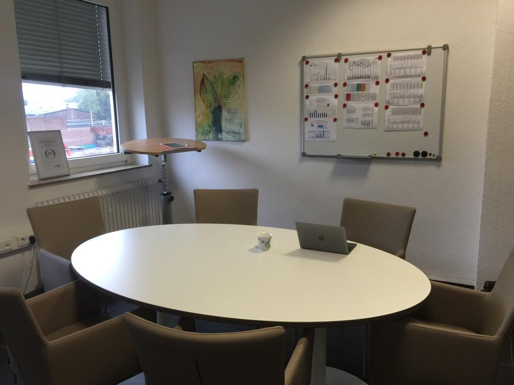 Aufgeräumter Arbeitsplatz / Schreibtisch