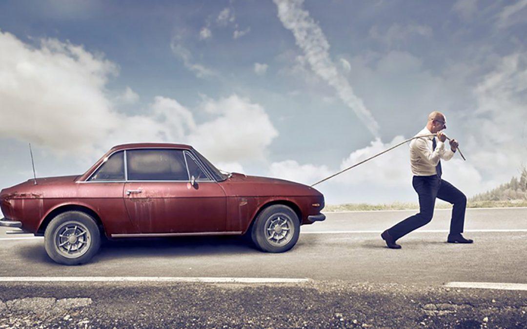 Mann zieht ein Auto