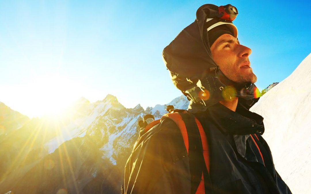 Bergsteiger schaut zum Gipfel