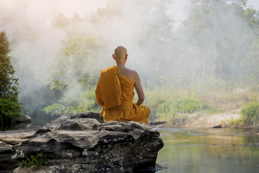 Mönch in einem minimalistischen Umfeld