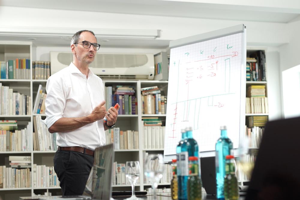 Lars erklärt den Teilnehmern Work-Life-Balance