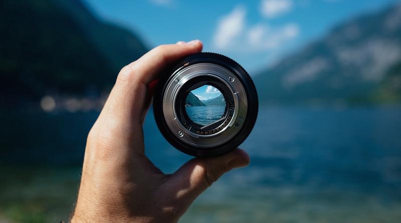 Blick durch ein Kameraobjektiv