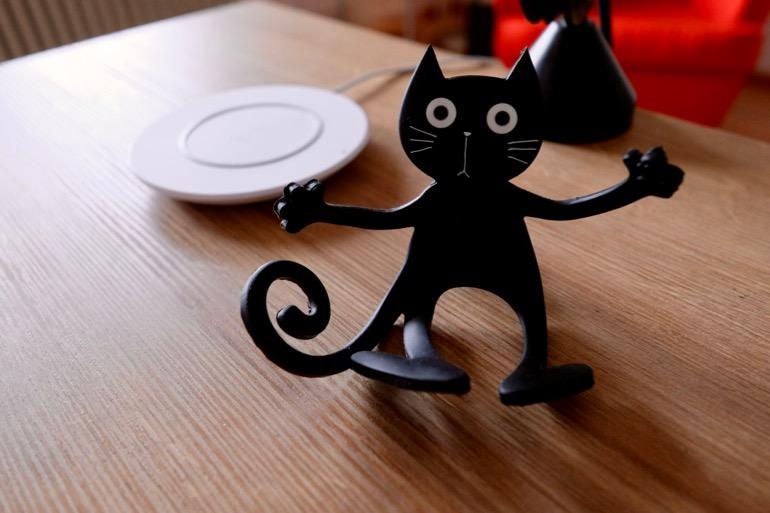 Belkin Boost Up und Smartphonehalter Katze.jpg