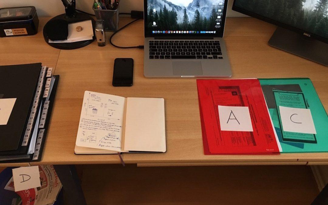 Camillos Schreibtisch mit seinem Ablagesystem