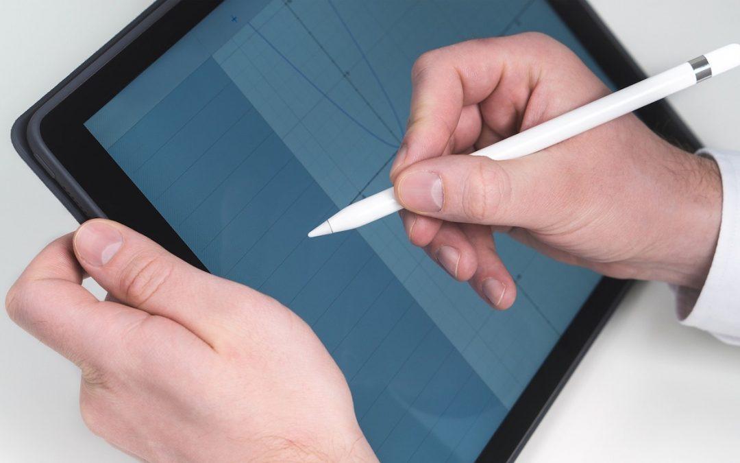 Mann schreibt mit Apple Pencil auf iPad Pro