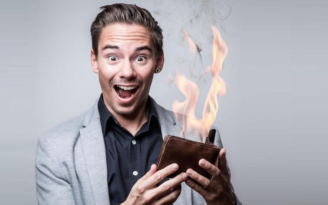 Dan Berlin mit brennder Geldbörse