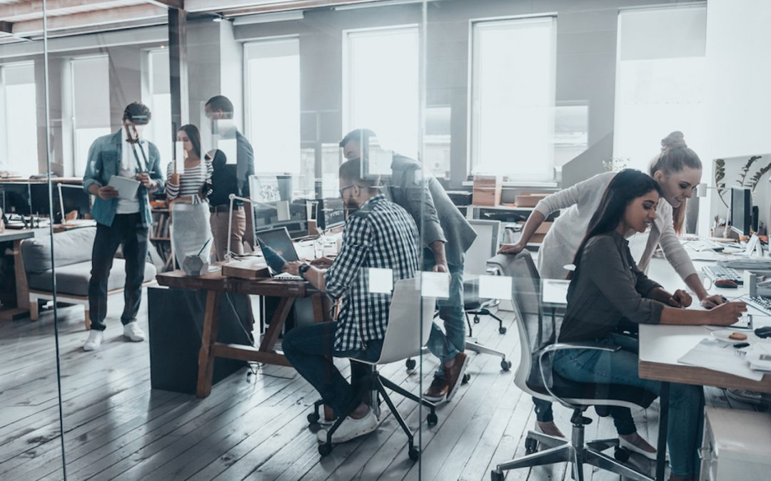 Team arbeitet im Office