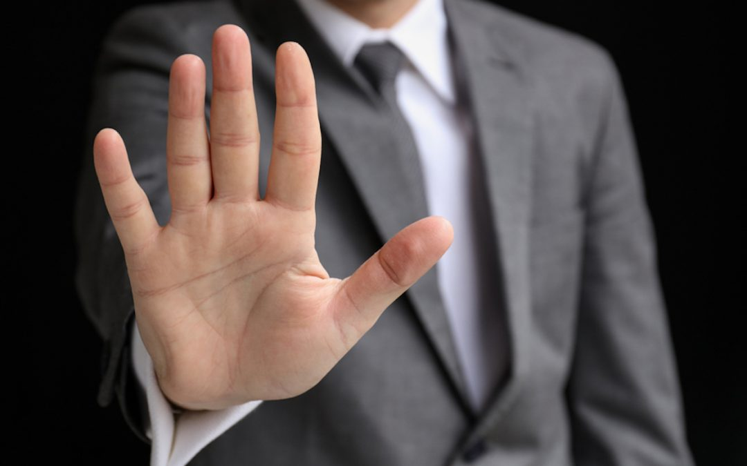 Ausgestreckte Hand signalisiert Stop