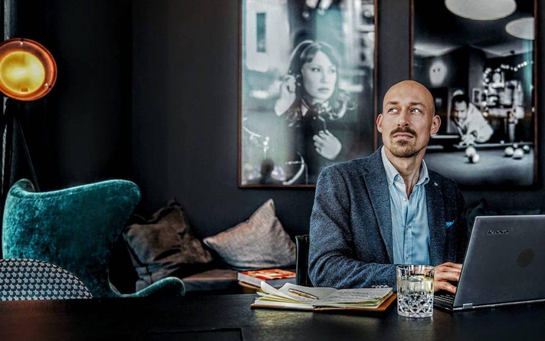 Robert Kresse am Schreibtisch