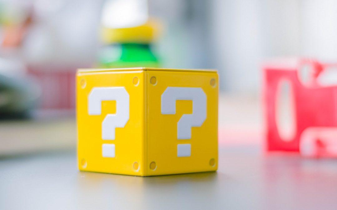Gelber Würfel mit weißem Fragezeichen