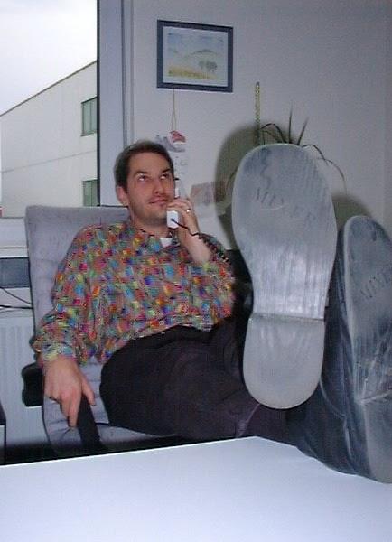 Lars in jungen Jahren hat die Füße auf den Tisch gelegt
